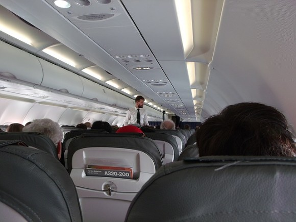 В Британии пассажирка сорвала рейс, открыв аварийный выход вместо туалета — Росбалт