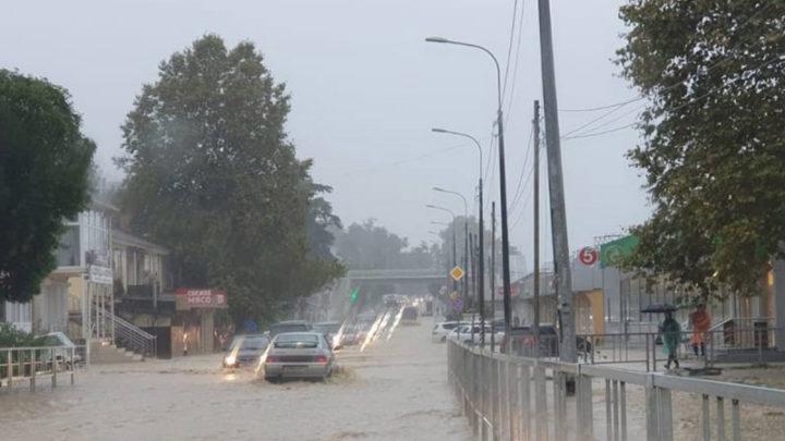 Из-за наводнения в Сочи задерживают поезда и самолеты, затоплена федеральная трасса